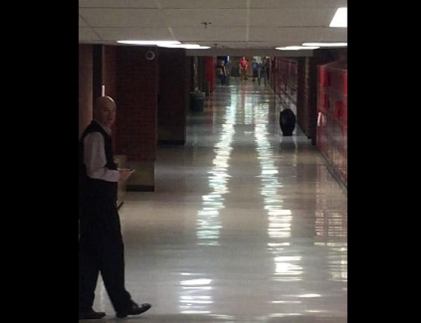 「アメリカの田舎はもんげー」 学校にいたら廊下の向こうからクマがやって来た!【動画】