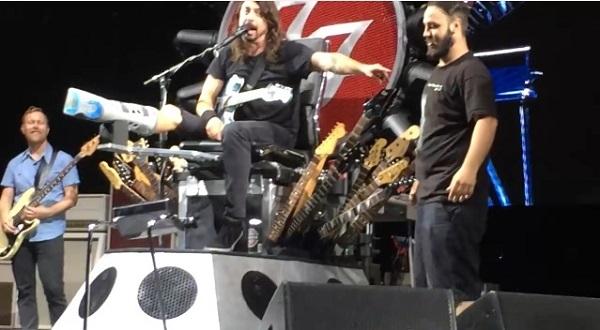フーファイのデイヴ・グロール、誕生日のファンをステージに上げてドラムを叩かせる!