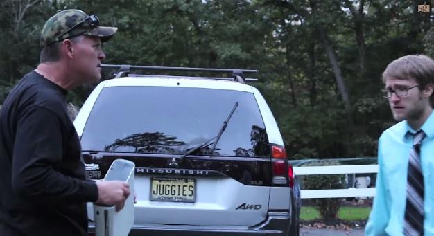 【ビデオ】ニートの息子にキレた父親が、Xboxを投げつけてクルマの窓ガラスを粉砕!