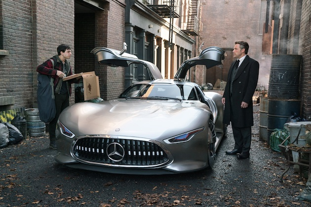 Für den Mercedes-Benz AMG Vision Gran Turismo hat das Mercedes-Benz Designteam für den Film JUSTICE LEAGUE ein visionäres Interieur entwickelt.. Der Innenraum  umfasst beleuchtete Elemente, Rennsitze und einen virtuellen Armaturenbrettabschnitt. Copyright: Clay Enos/Warner Bros. Pictures; JUSTICE LEAGUE and all related characters and elements TM & © DC and Warner Bros. Entertainment Inc. For JUSTICE LEAGUE production purposes, the Mercedes-Benz AMG Vision Gran Turismo has a fleshed-out interior with illuminated elements, racing seats and a virtual dashboard section. Filming required the whole vehicle to be enlarged to 110% compared to its predecessor, in order to accommodate seating the impressive 1,90 m height of Bruce Wayne. Copyright: Clay Enos/Warner Bros. Pictures; JUSTICE LEAGUE and all related characters and elements TM & © DC and Warner Bros. Entertainment Inc.