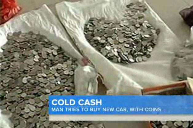 【ビデオ】160万円分の硬貨で新車を購入しようとした男性