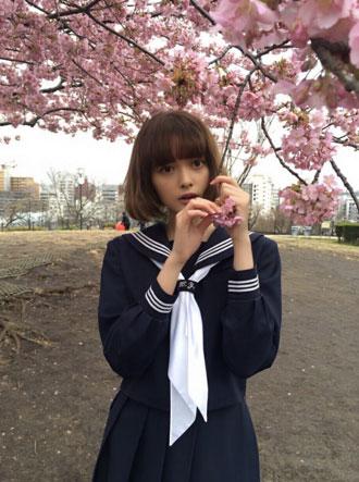 美少女モデル・玉城ティナ、桜が似合いすぎるセーラー服姿が美しすぎて何も言えねえ!「リアル天使かよ」「絵になるなあ」