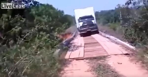 巨大トラックが木製のボロ橋を渡る無茶を敢行→衝撃の展開に【動画】