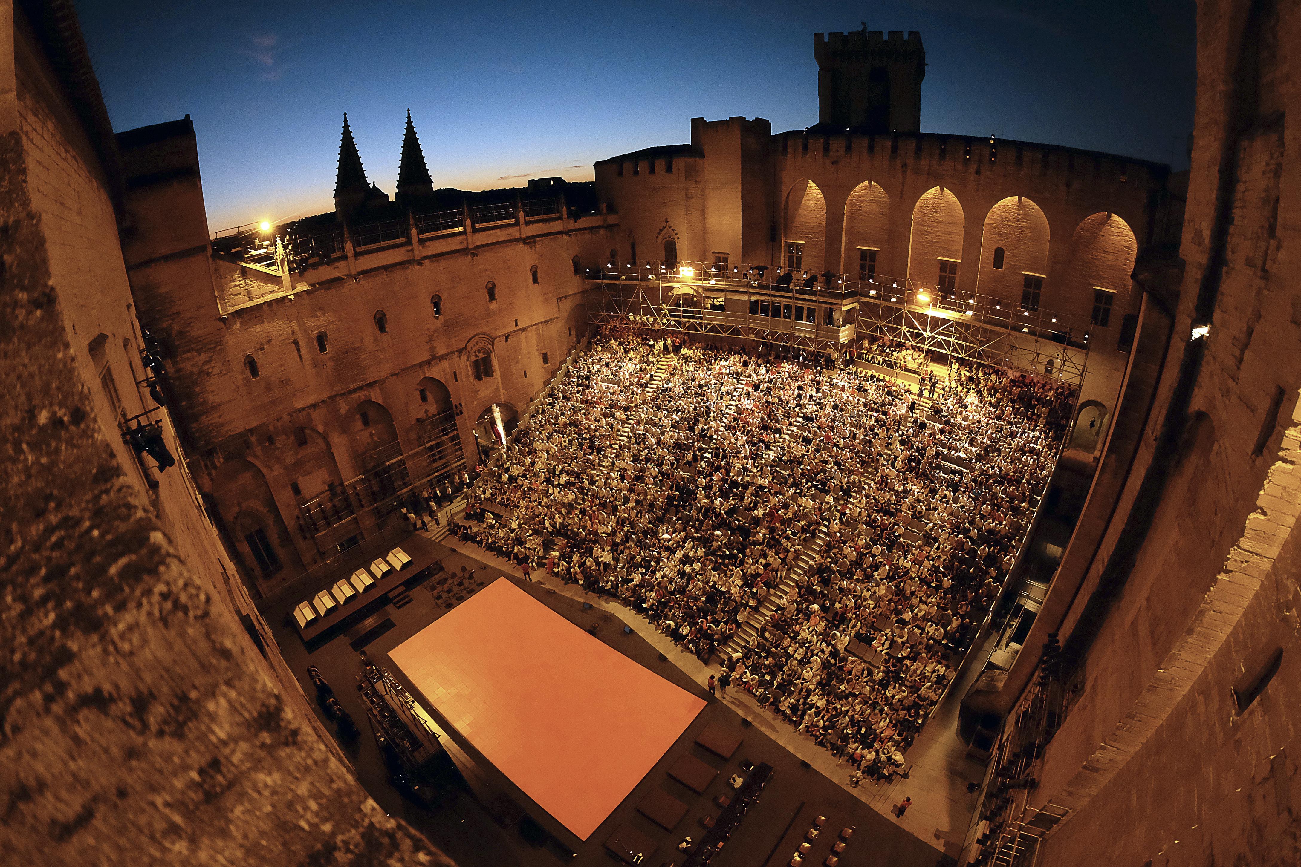 Festival d'Avignon ou château de Versailles, comment la culture est livrée aux mains malsaines des mécènes