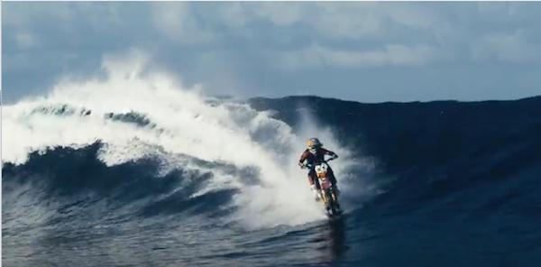仮面ライダーかよ!水上を爆走&サーフィンするバイクがエクストリームすぎる【動画】