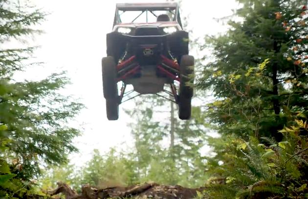 【ビデオ】これは必見! オフロード車が山道で超絶スタント