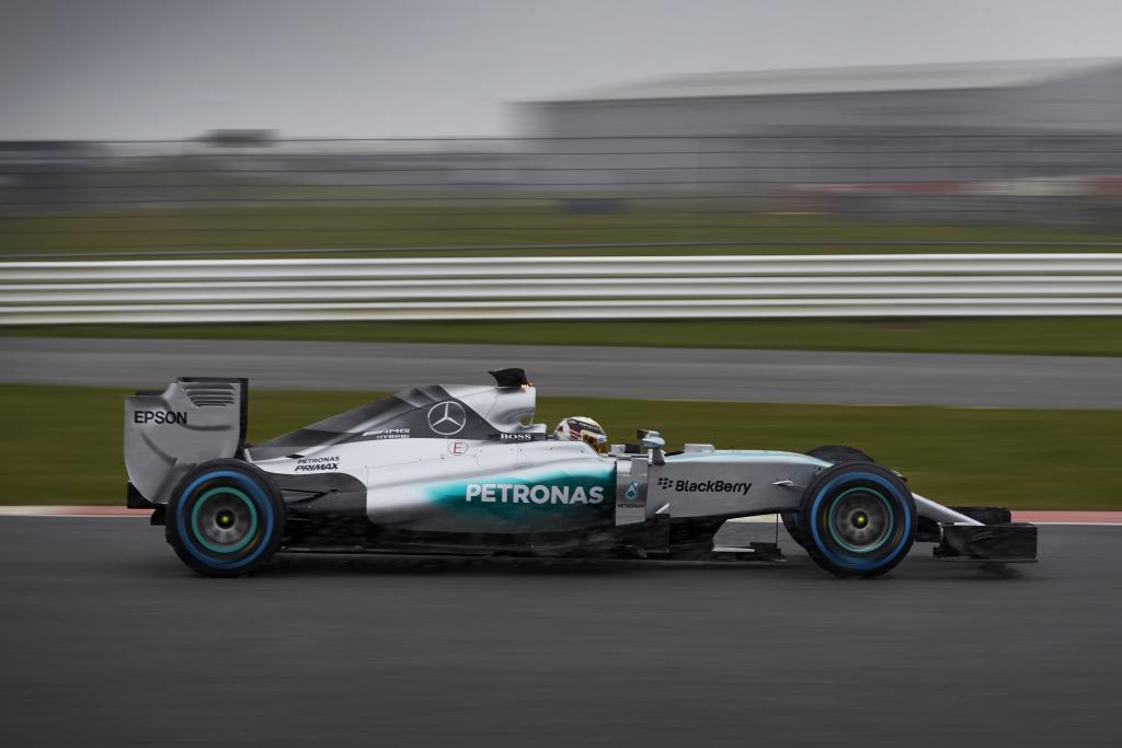 Erste Bilder vom neuen Mercedes Silberpfeil F1 W06 Hybrid