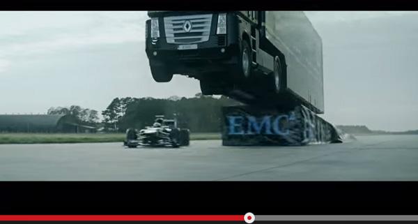 超巨大トラックをF1マシンがくぐる、危険すぎる超絶スタントがスゴすぎる【動画】