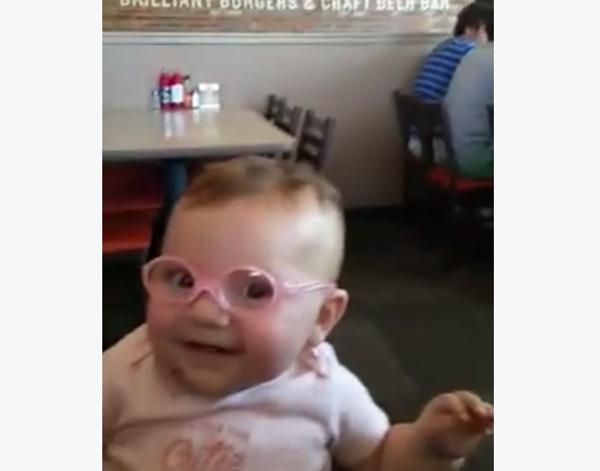 生まれて初めてメガネをかけた赤ちゃんの反応が可愛らしすぎる【動画】