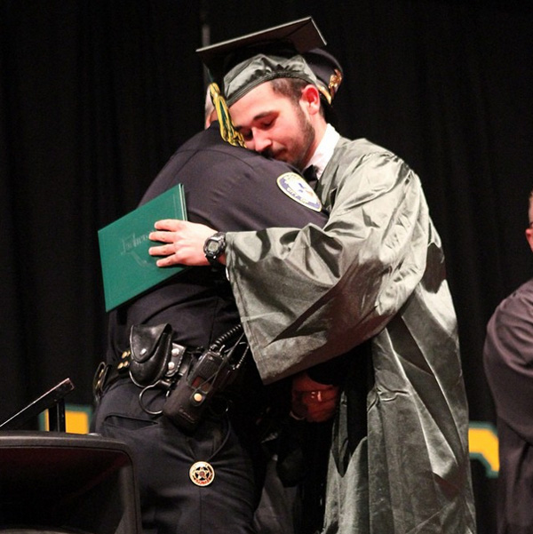 両親を事故で失った少年の卒業式に、訃報を伝えた警官が出席 「両親の代わりに見届ける」
