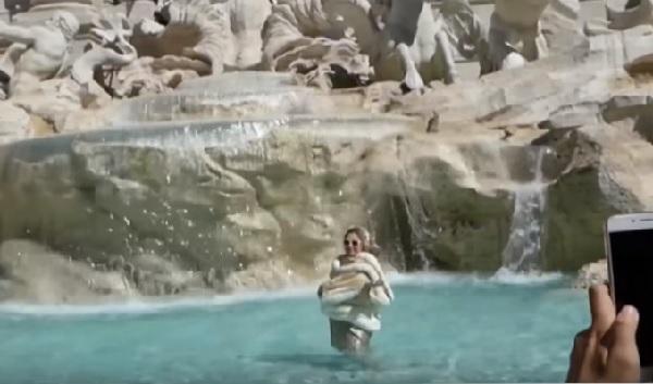フェリーニが大好きな元モデル、映画『甘い生活』を真似てトレビの泉でシーンを再現 → とんでもない結果に!