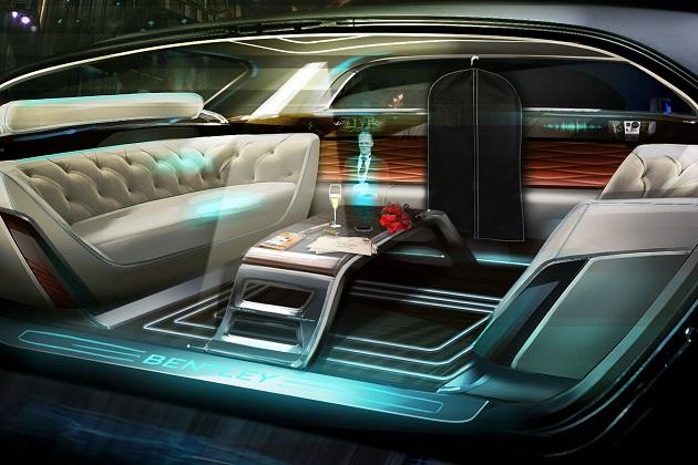 ベントレーが想像する20年後の高級車は、ホログラムの執事付き
