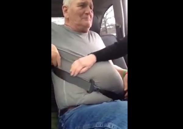 メタボ爺ちゃん、デブすぎでシートベルトが取れず大パニックwwwなぜか逆ギレ【動画】