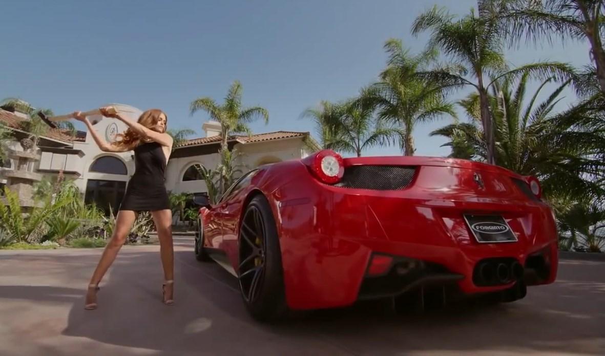 Frau zerstört Ferrari