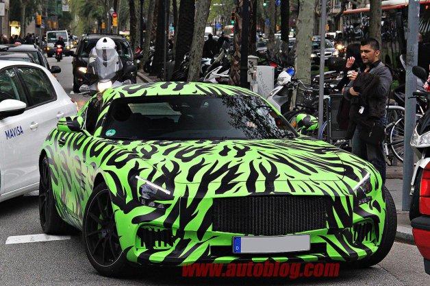 【スパイショット】ド派手なカモフラージュが施されたメルセデスの「AMG GT」