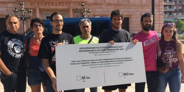 La CUP entrega una papeleta gigante del referéndum a la Subdelegación del Gobierno de Lleida