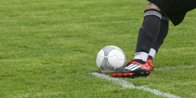Un niño se disculpa a un árbitro por las amenazas de su padre durante un partido