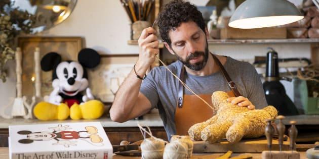 El artesano español que ha dado vida a las manos de Mickey Mouse