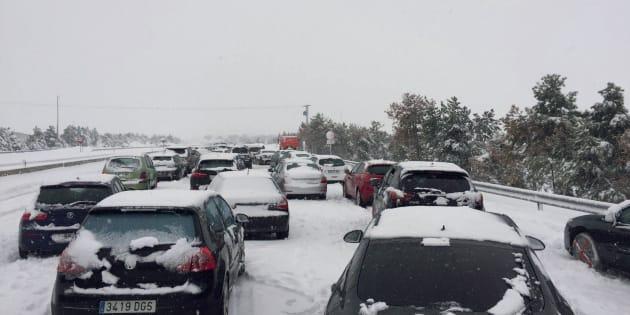 El Ejército libera a miles de personas en la AP-6 tras varias horas atrapadas en sus coches por la nieve