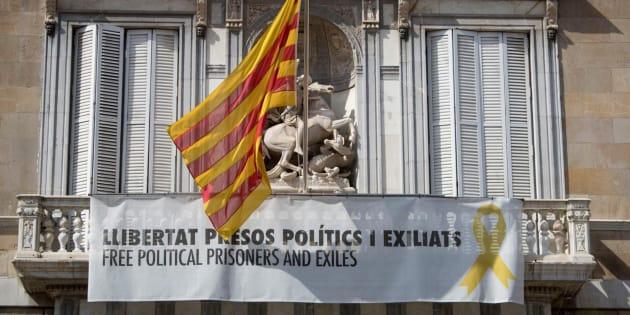 Torra desafía a la Junta Electoral: mantiene el lazo amarillo en la Generalitat