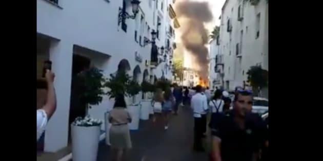 Un coche explota en Puerto Banús (Málaga)