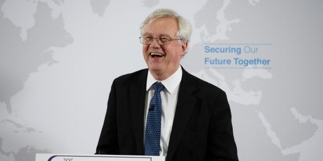 Dimite el ministro británico para el Brexit por su oposición al plan de Theresa May