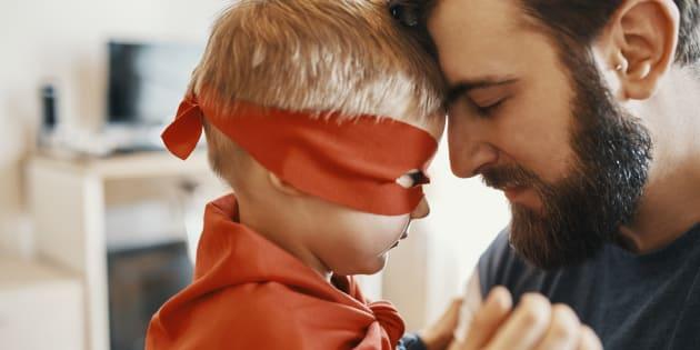 La genial respuesta de un padre a quien criticó a su hija por su disfraz 'de chico'