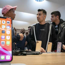 Apple reportedly warns stores of iPhone replacement shortages