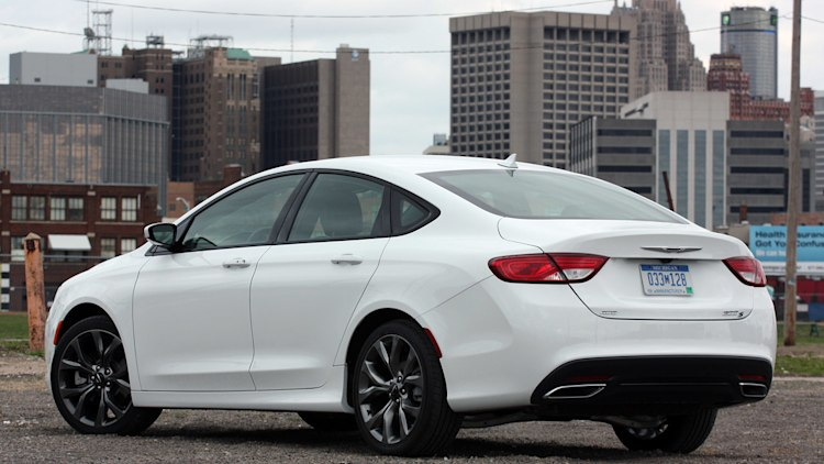 2015 chrysler 200 earns top safety pick w video autoblog. Black Bedroom Furniture Sets. Home Design Ideas