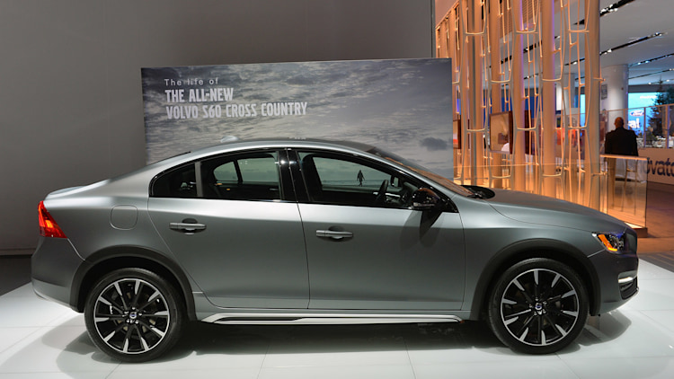 2015 volvo s60 cross country lifts itself up in detroit autoblog. Black Bedroom Furniture Sets. Home Design Ideas