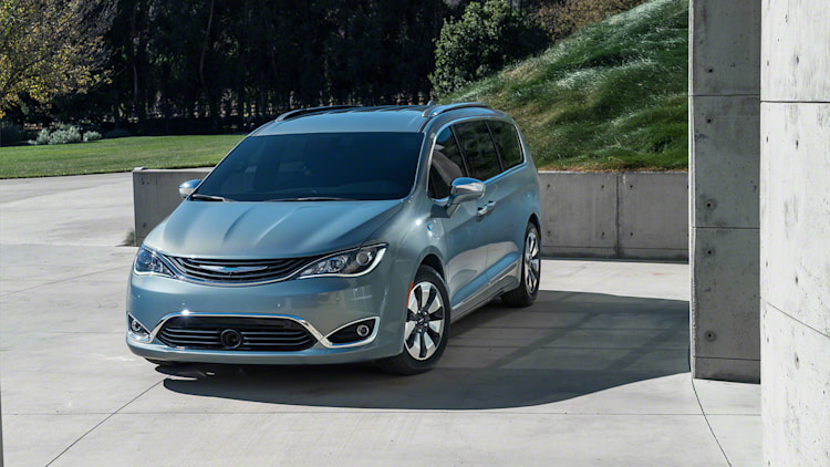 The Motoring World: The 2017 Chrysler Pacifica Uconnect