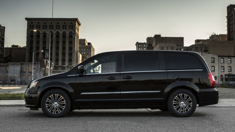 chrysler town country plug in hybrid minivan coming in 2015 autoblog. Black Bedroom Furniture Sets. Home Design Ideas