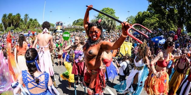 http://www.huffpostbrasil.com/2017/02/24/topless-no-carnaval-de-rua-do-rio-como-as-folias-encaram-a-expe_a_21721382/
