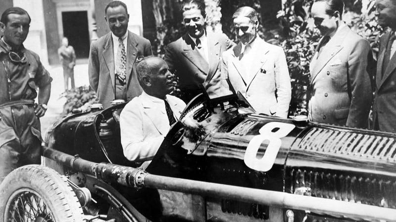 Mussolini al volante di un Alfa Romeo da competizione. Al centro Prospero Gianferrari.
