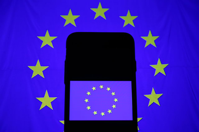 EU abolishes mobile roaming charges