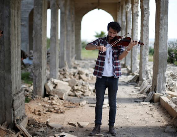 Iraqi violinist plays in Mosul as troops battle