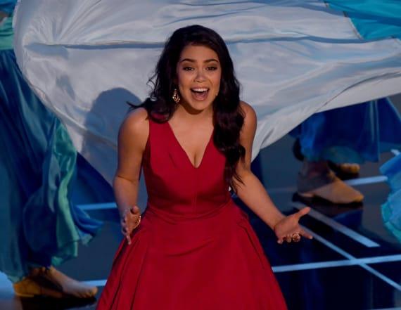 'Moana's' Auli'i Cravalho gets hit in head at Oscars