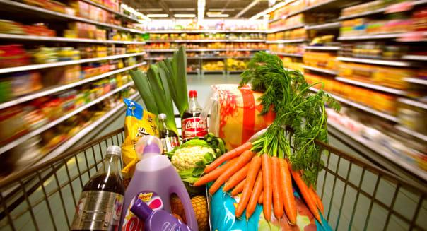 BN3TE3 Household goods in shopping cart