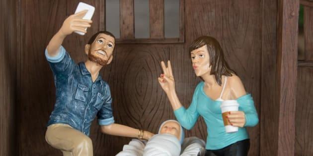 voici la cr che de no l moderne o joseph fait un selfie et marie un duckface. Black Bedroom Furniture Sets. Home Design Ideas