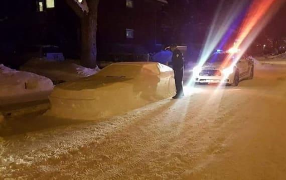 雪で作られたクルマを本物だと思った警察官、駐車違反を取り締まろうとして写真に撮られる