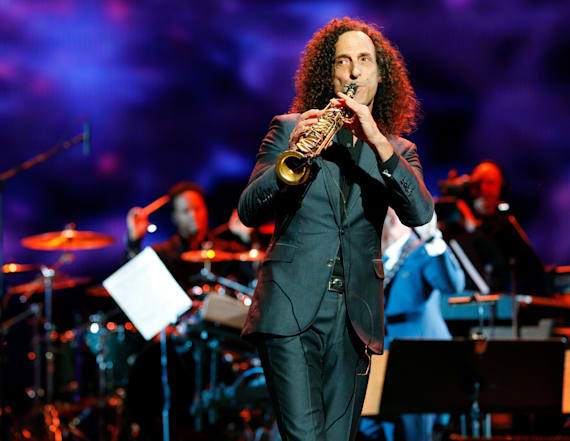 Kenny G does surprise performance on plane