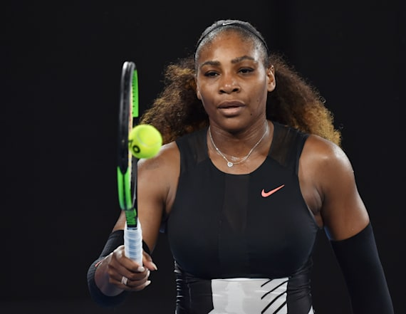 Serena Williams crashes random tennis match