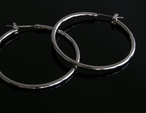 White women criticized for wearing hoop earrings