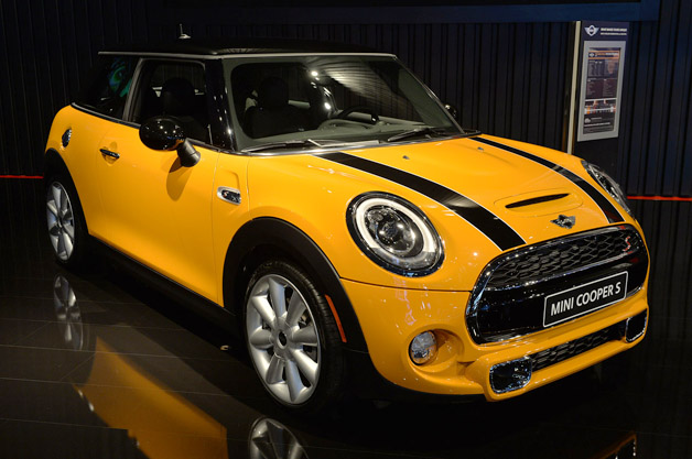 2014 mini cooper stuns crowd itself w videos. Black Bedroom Furniture Sets. Home Design Ideas