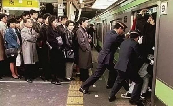 japanese odd jobs, strange japanese professions, pushers sardine packers