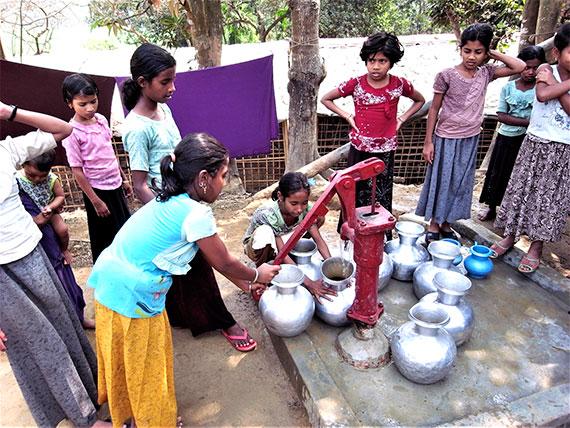 水汲みは子どもや女性が多く担っています(クトゥパロン避難民キャンプ、2018年3月7日)