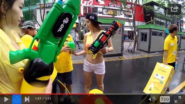 美丽的女人弄湿了!韩国水铁枪节也很有趣
