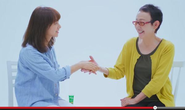 你什么时候触摸妈妈的手?我可以哭母亲和孩子的实验视频