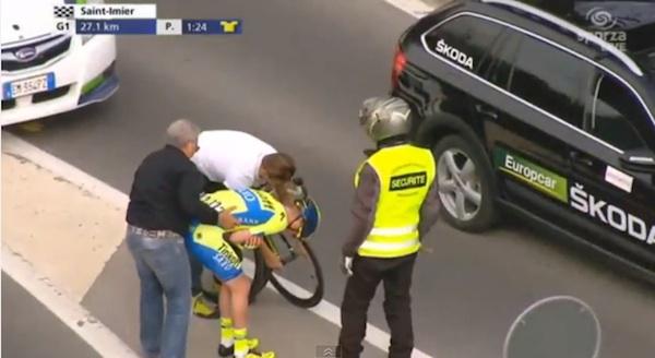或控制器!在公路赛期间撞到医疗支援车后立即接受治疗的男子