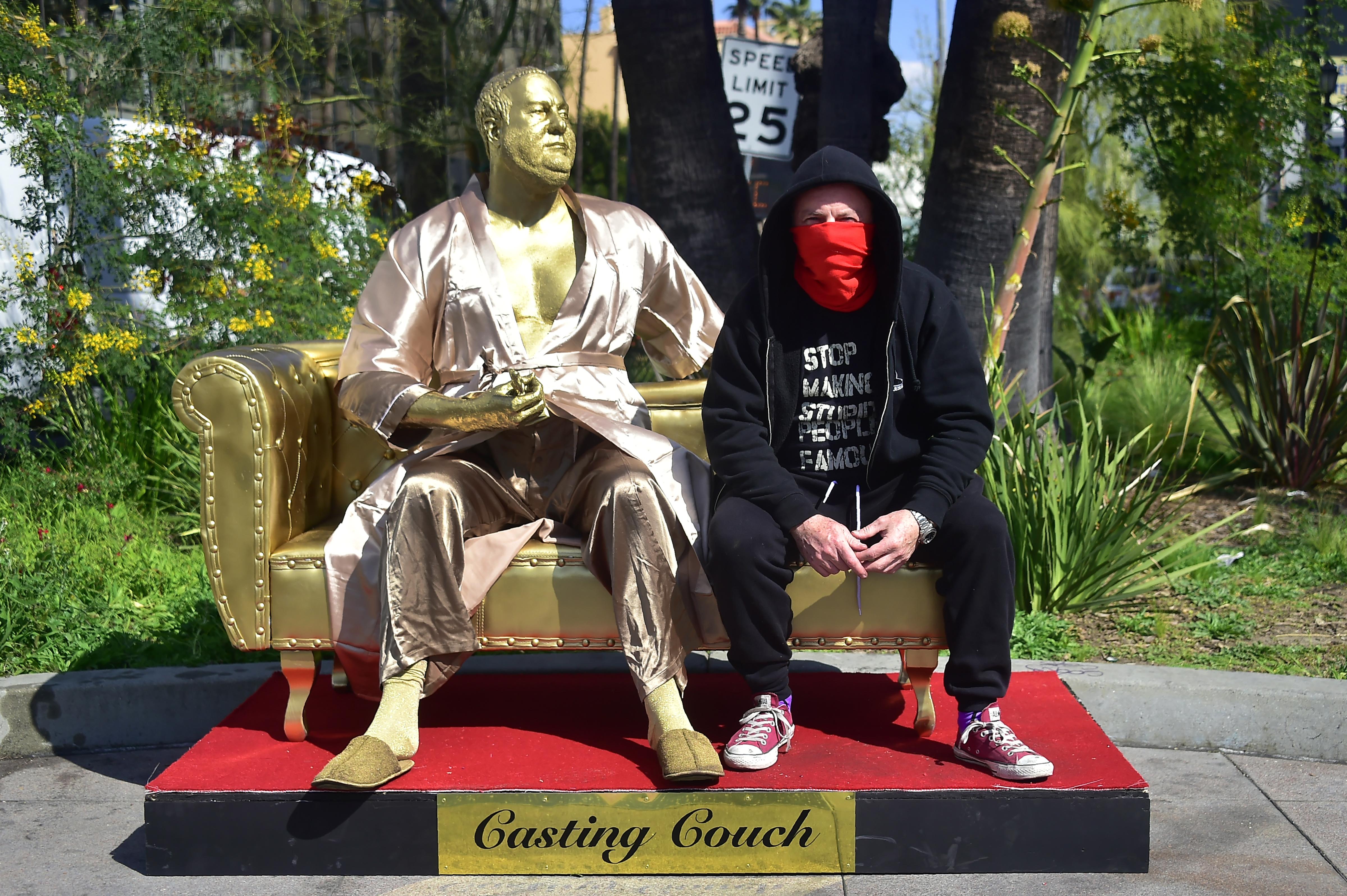 Oscars 2018: une statue d'Harvey Weinstein en peignoir installée sur Hollywood Boulevard